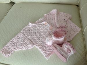 Virkad rosa tröja och tossor