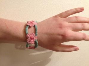 Blommigt virkat armband